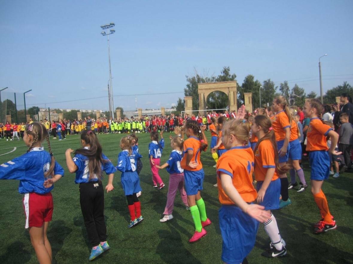 Конотопські посадовці та депутати разом з дітьми танцювали на стадіоні, фото-3