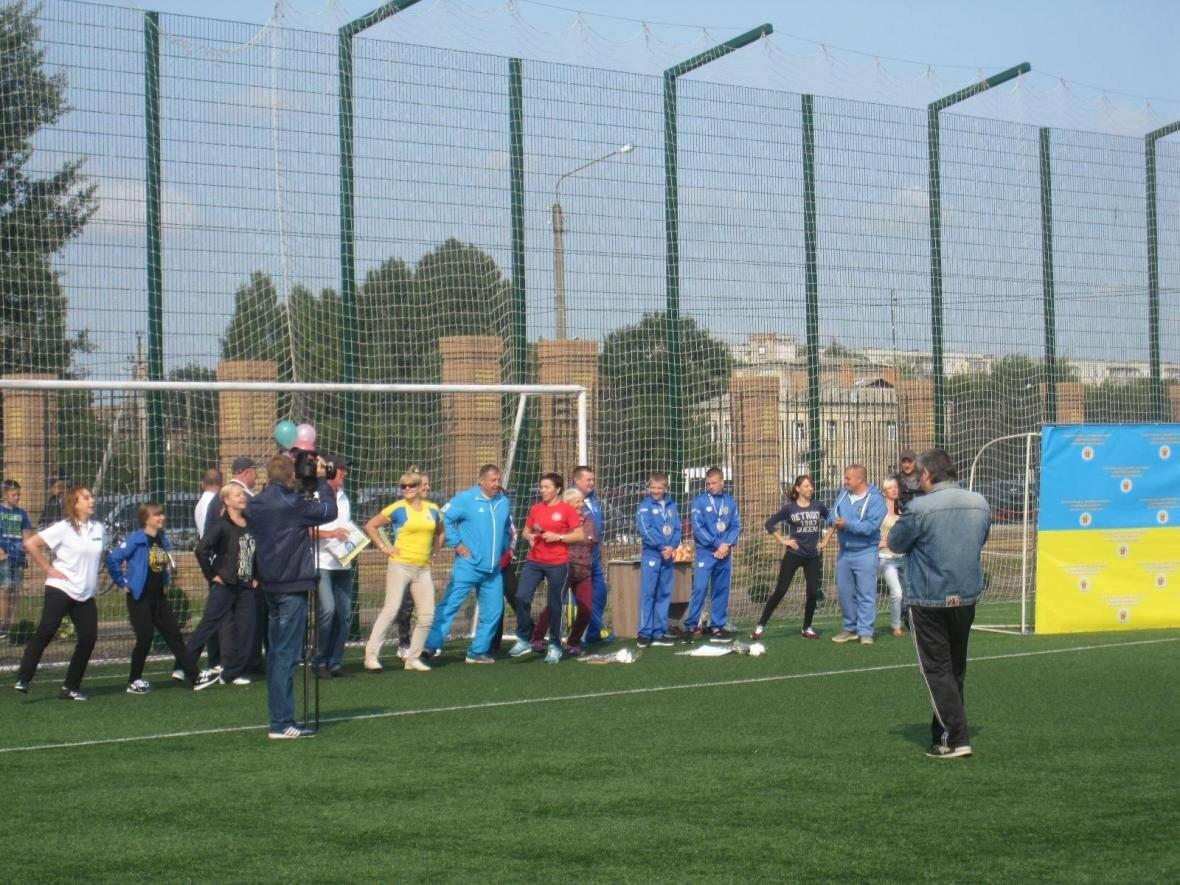 Конотопські посадовці та депутати разом з дітьми танцювали на стадіоні, фото-4