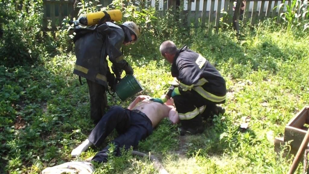 Ледь не згорів. Рятувальники витягли з вогню непритомного конотопця, фото-1