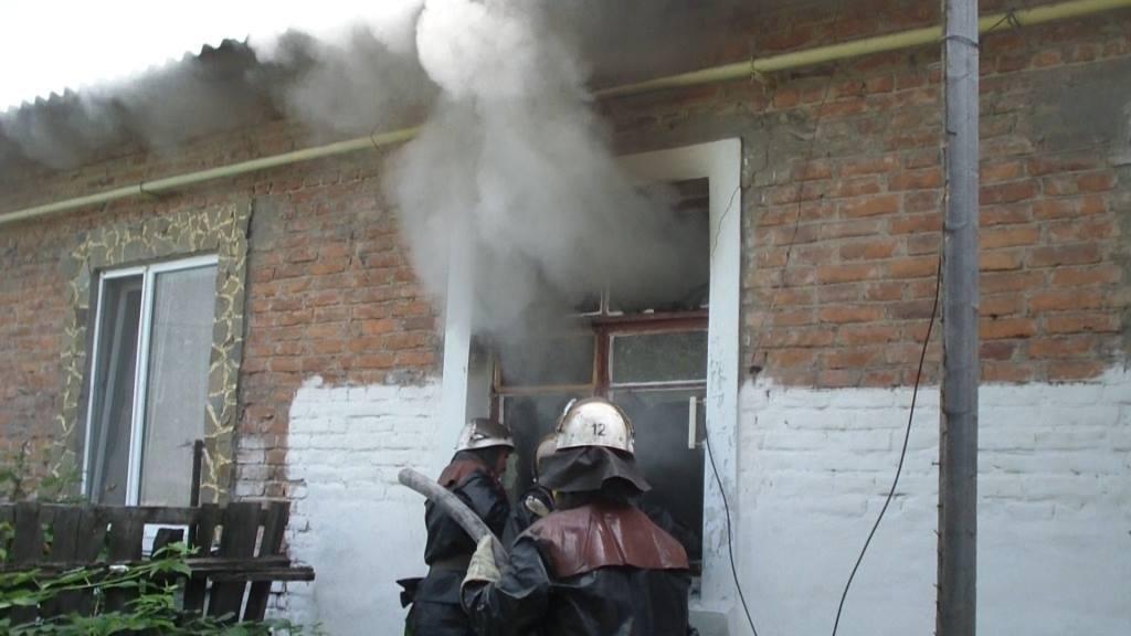 Ледь не згорів. Рятувальники витягли з вогню непритомного конотопця, фото-2