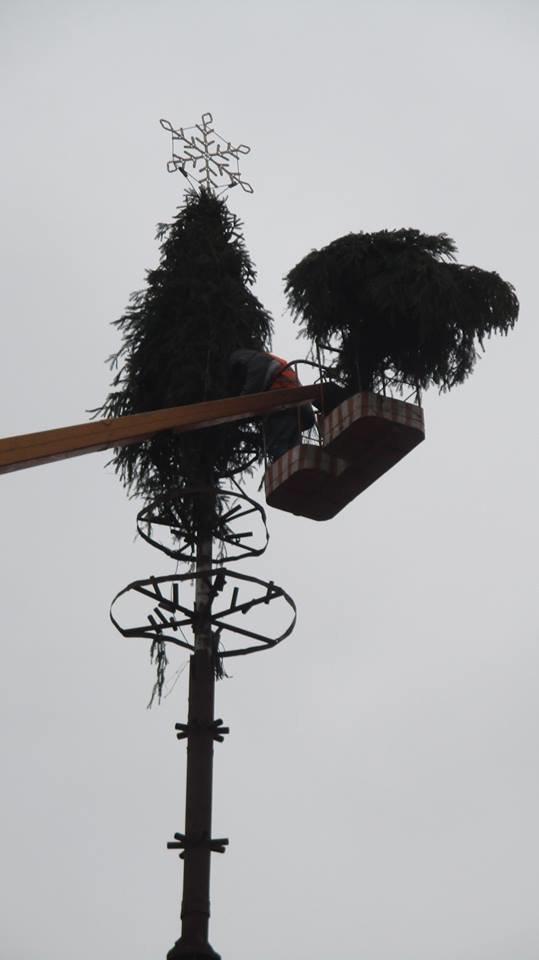 Свято наближається: у Конотопі встановлюють новорічну ялинку , фото-3