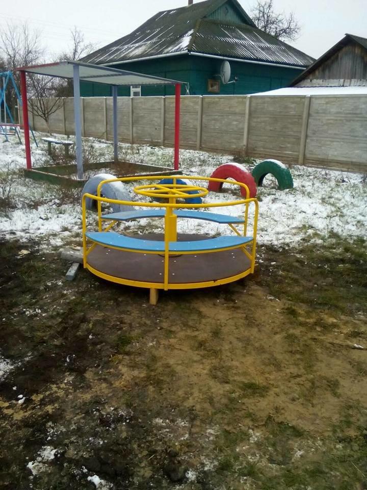 У Конотопі з'явилися нові дитячі майданчики та каруселі, фото-5