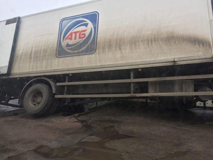 У Конотопі під вантажівкою провалився асфальт, фото-1