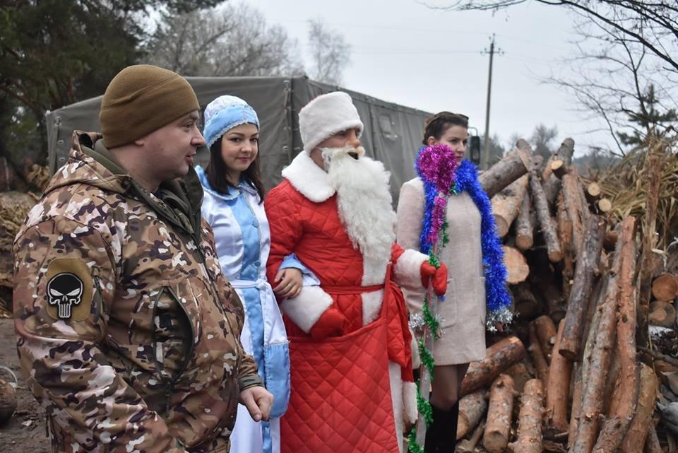 Воїнів конотопської 58-ї бригади на передовій вітали Дід Мороз та Снігуронька, фото-2