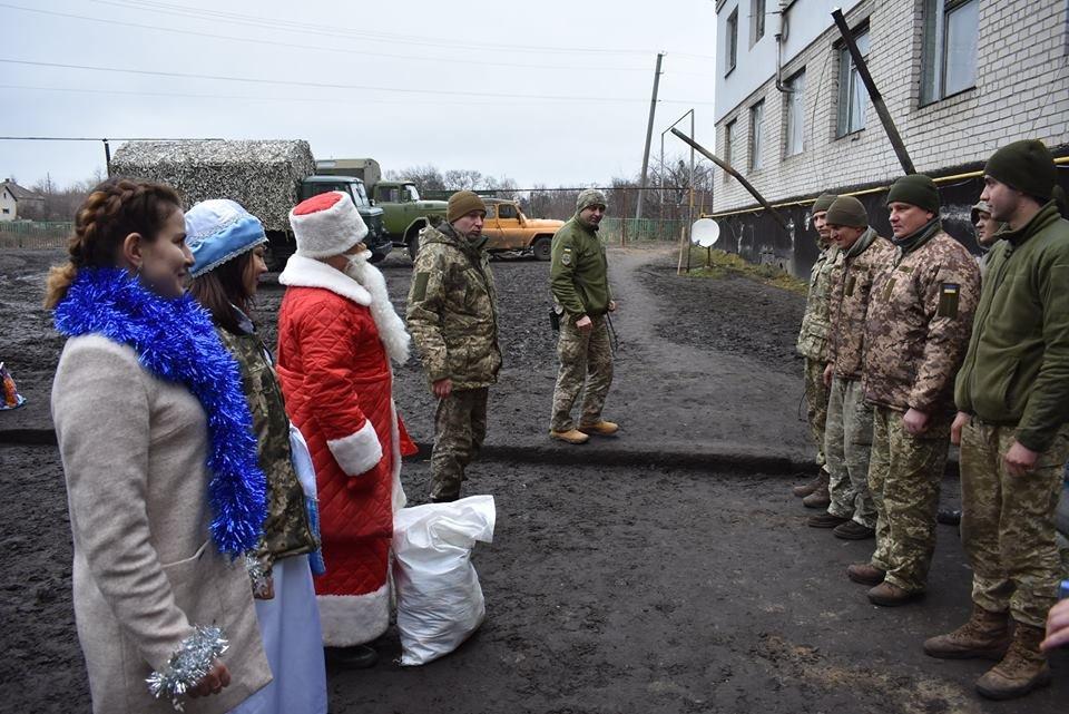 Воїнів конотопської 58-ї бригади на передовій вітали Дід Мороз та Снігуронька, фото-6