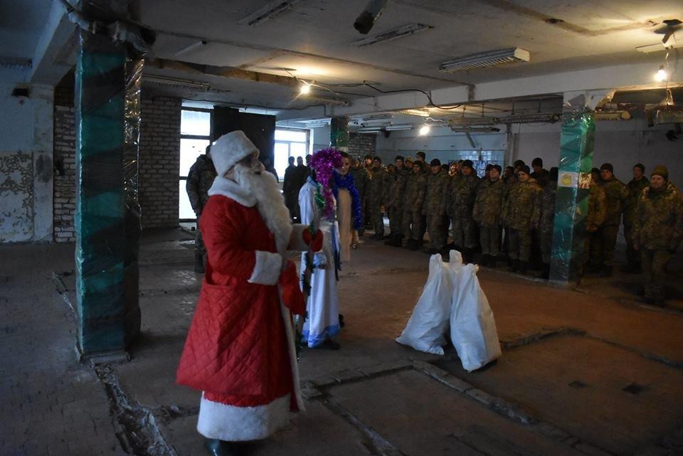 Воїнів конотопської 58-ї бригади на передовій вітали Дід Мороз та Снігуронька, фото-4