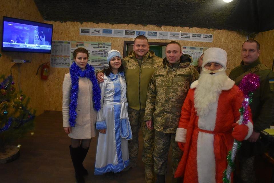 Воїнів конотопської 58-ї бригади на передовій вітали Дід Мороз та Снігуронька, фото-1