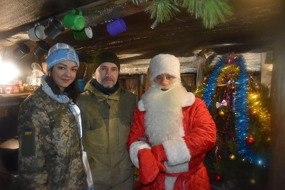 Воїнів конотопської 58-ї бригади на передовій вітали Дід Мороз та Снігуронька, фото-3