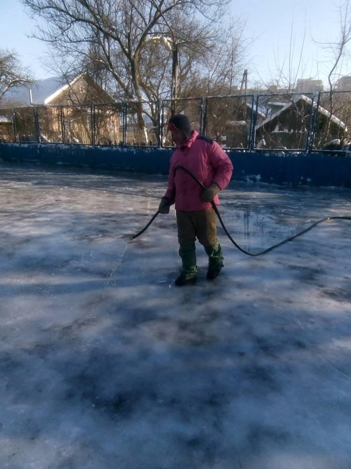 У Конотопі можна буде покататися на ковзанах, фото-1, Роботи по заливці ковзанок. Фото з ф\б міської ради у справах молоді та спорту