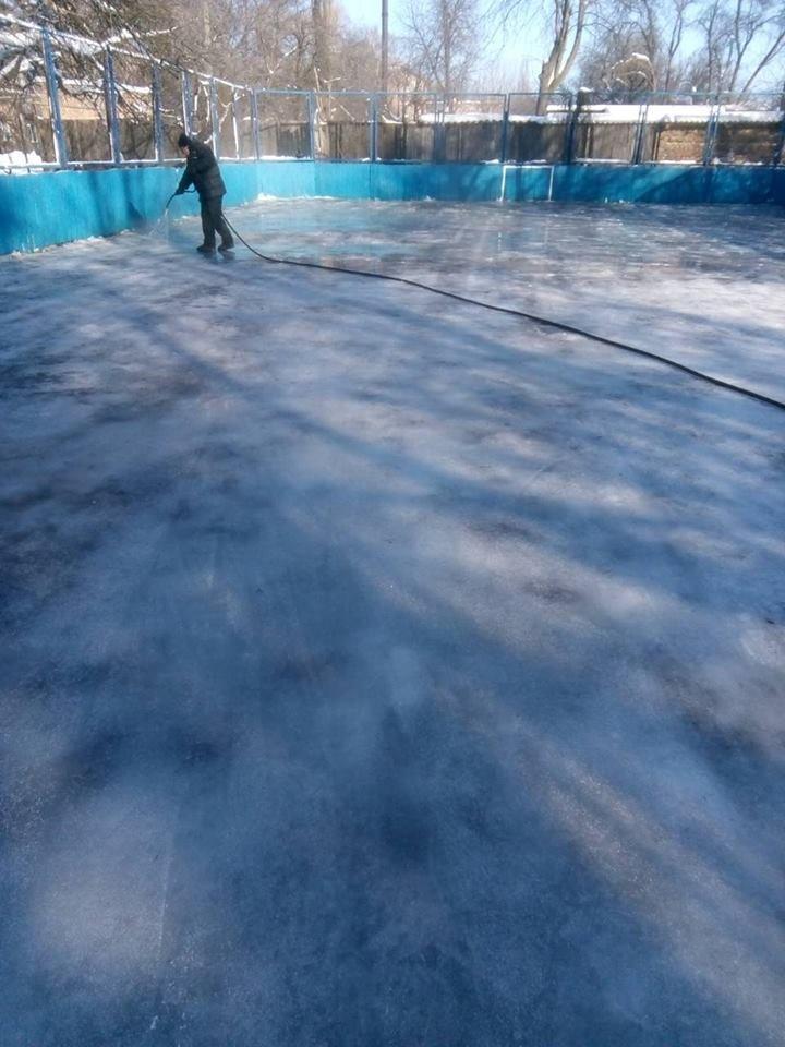 У Конотопі можна буде покататися на ковзанах, фото-2, Роботи по заливці ковзанок. Фото з ф\б міської ради у справах молоді та спорту