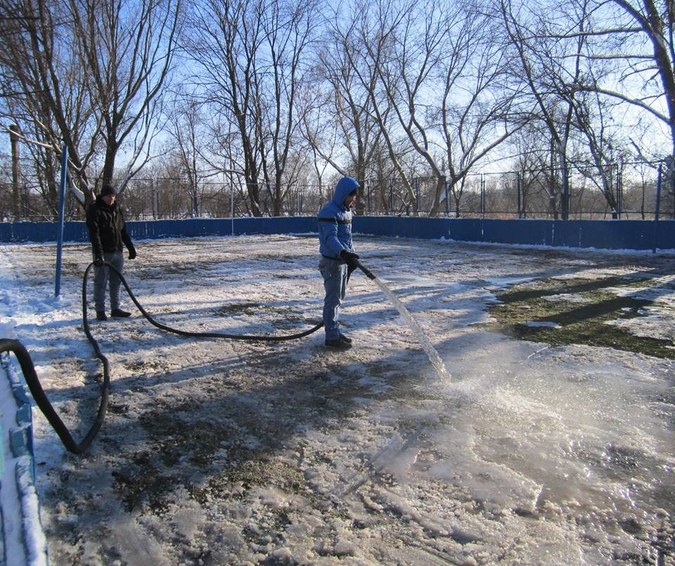 У Конотопі можна буде покататися на ковзанах, фото-3, Роботи по заливці ковзанок. Фото з ф\б міської ради у справах молоді та спорту