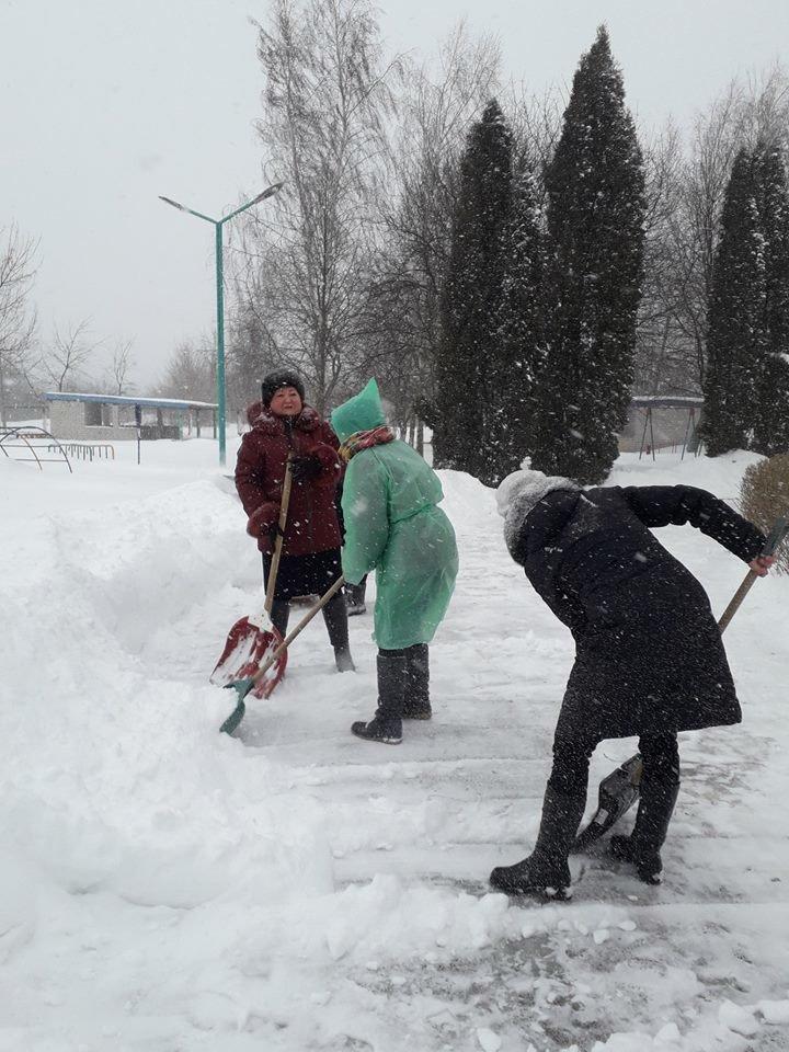 У Конотопі через сніг за лопати взялися викладачі дитсадочка, фото-2