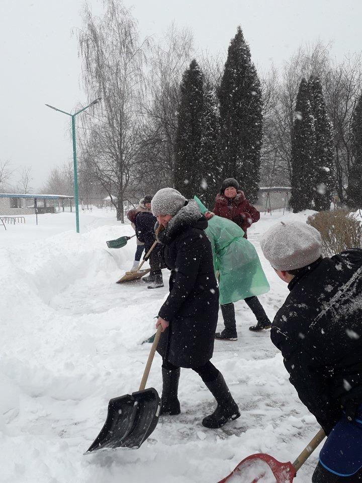 У Конотопі через сніг за лопати взялися викладачі дитсадочка, фото-3