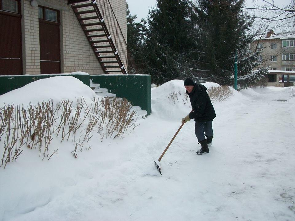 У Конотопі через сніг за лопати взялися викладачі дитсадочка, фото-1