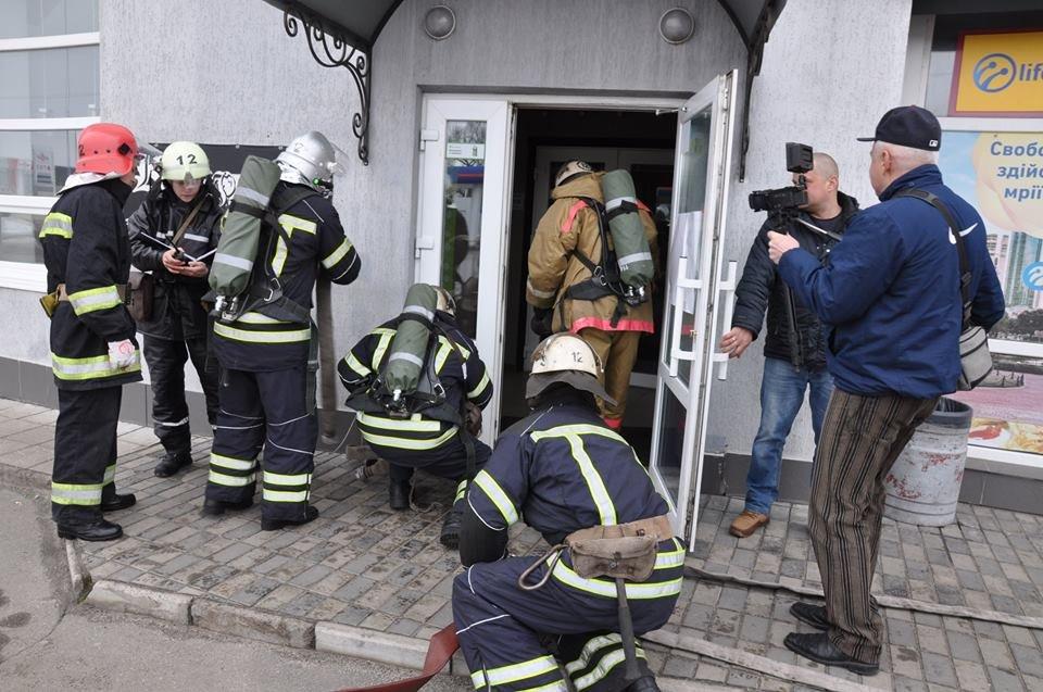 У Конотопі провели пожежні навчання в торгівельному центрі, фото-6