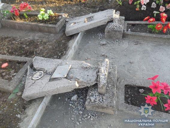 У Конотопі вандал пошкодив 14 пам'ятників на кладовищі, фото-1