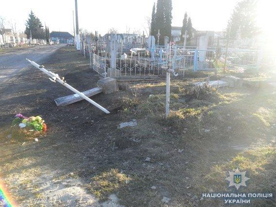 У Конотопі вандал пошкодив 14 пам'ятників на кладовищі, фото-2