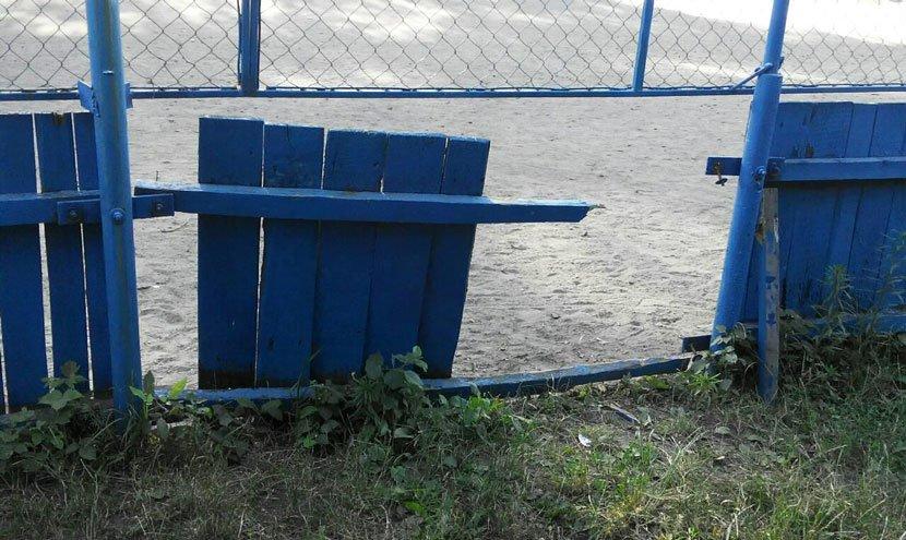 У Конотопі вандали знову зламали огорожу спортмайданчика, фото-2