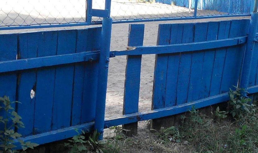 У Конотопі вандали знову зламали огорожу спортмайданчика, фото-1