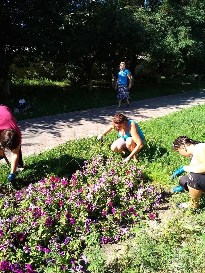 У Конотопі приводять до ладу квітники, фото-2