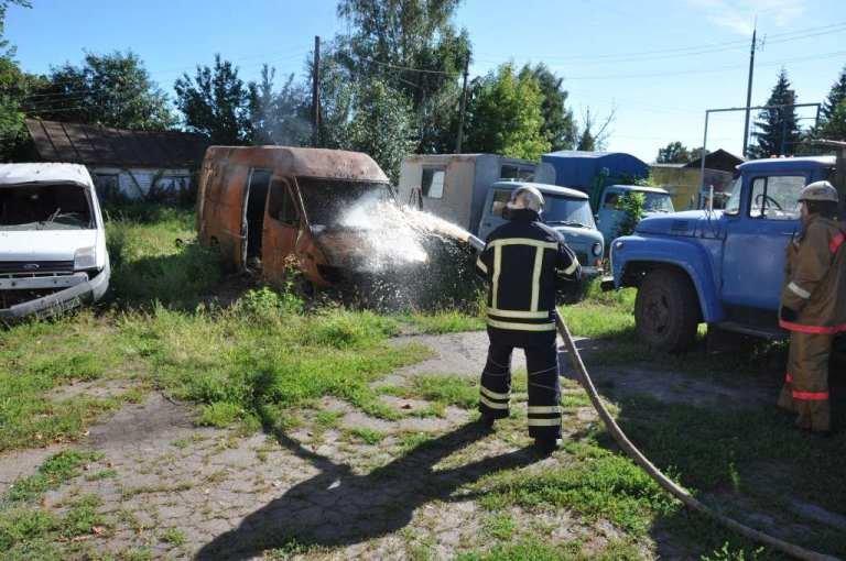 """У Конотопі """"загорівся"""" мікроавтобус, фото-1"""