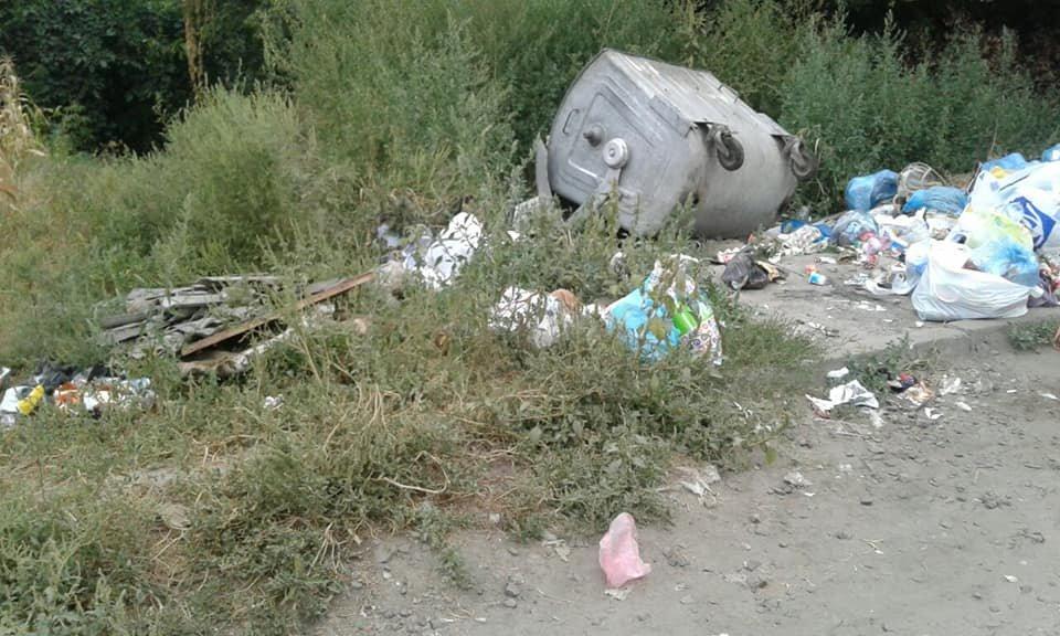 У Конотопі демонтують сміттєвий контейнер на вулиці Черняхівського, фото-1