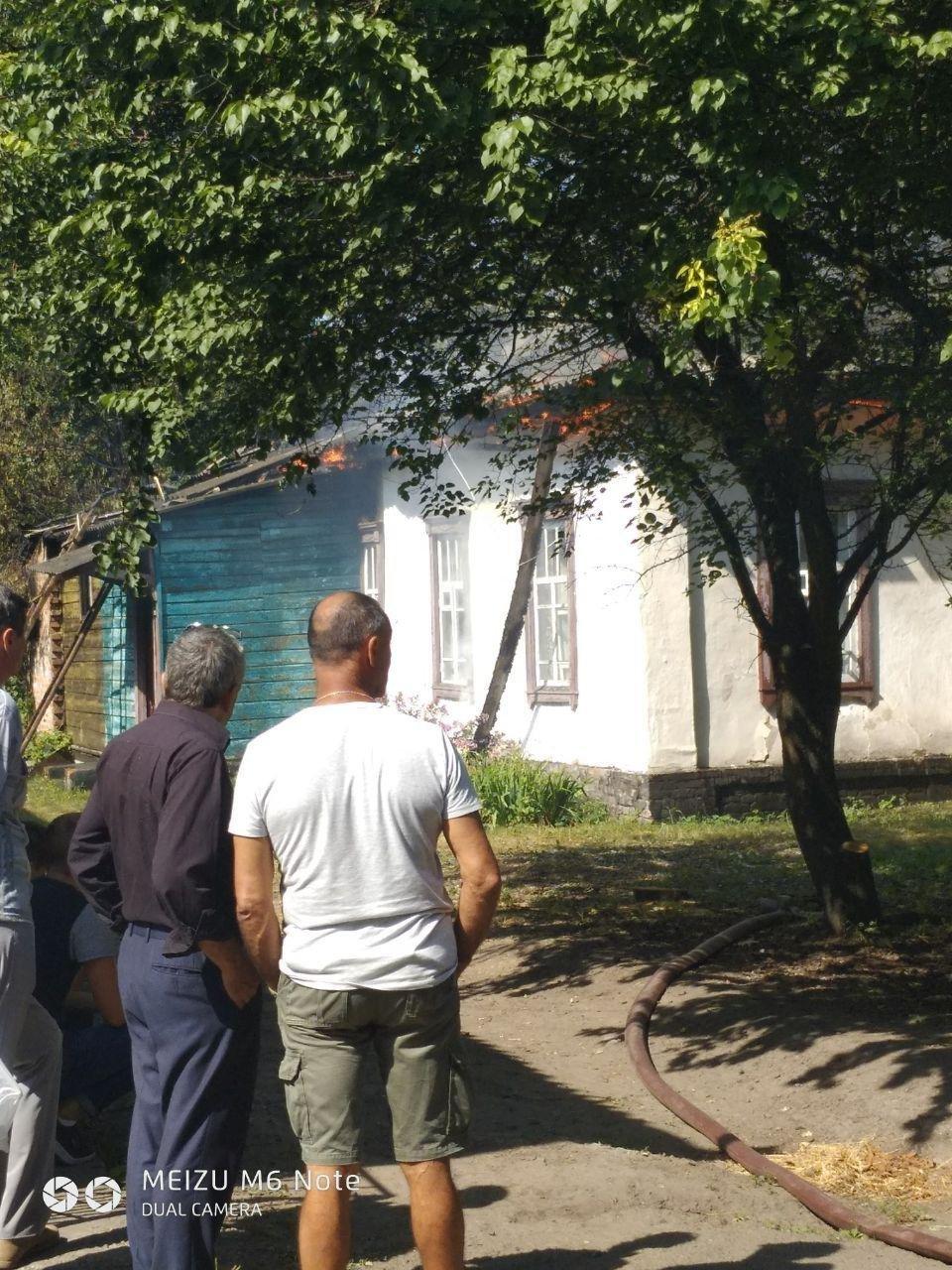 Оновлено. У центрі Конотопа згорів будинок. Можливий підпал?, фото-1