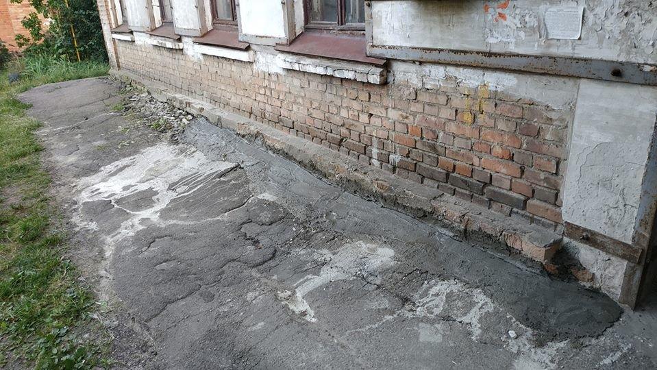 У Конотопі мешканці будинку власними силами зробили пішохідну доріжку+ФОТО , фото-1