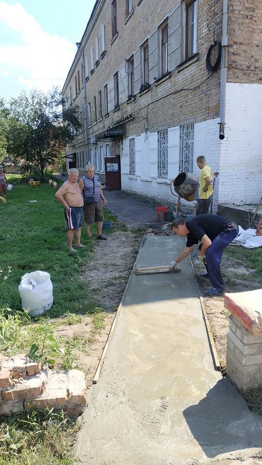 У Конотопі мешканці будинку власними силами зробили пішохідну доріжку+ФОТО , фото-2