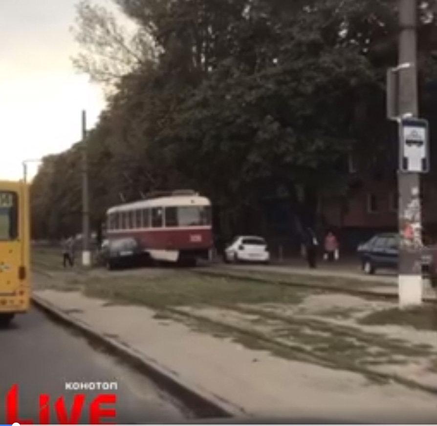 У Конотопі автівка в'їхала в трамвай, фото-1