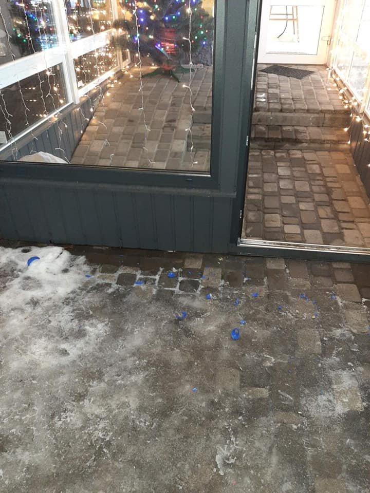 У Конотопі розтрощили новорічну інсталяцію біля одного з магазинів , фото-1
