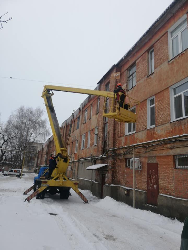 Конотопські комунальники борються з бурульками+ФОТО, фото-2