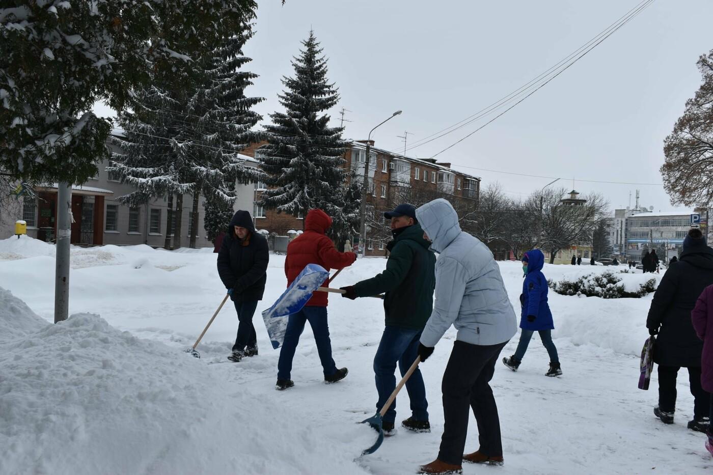 Працівники Конотопської міськради долучились до прибирання снігу, фото-1
