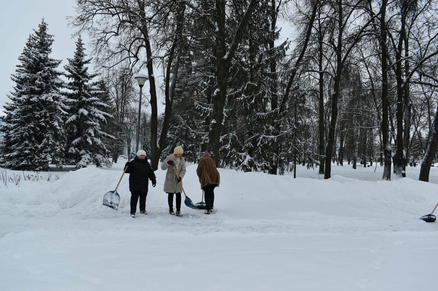 Працівники Конотопської міськради долучились до прибирання снігу, фото-2