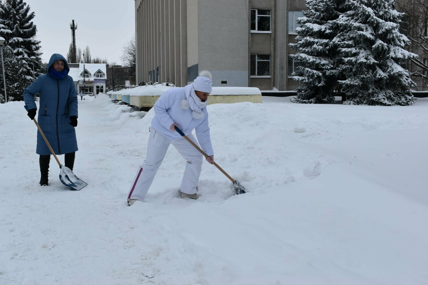 Працівники Конотопської міськради долучились до прибирання снігу, фото-3