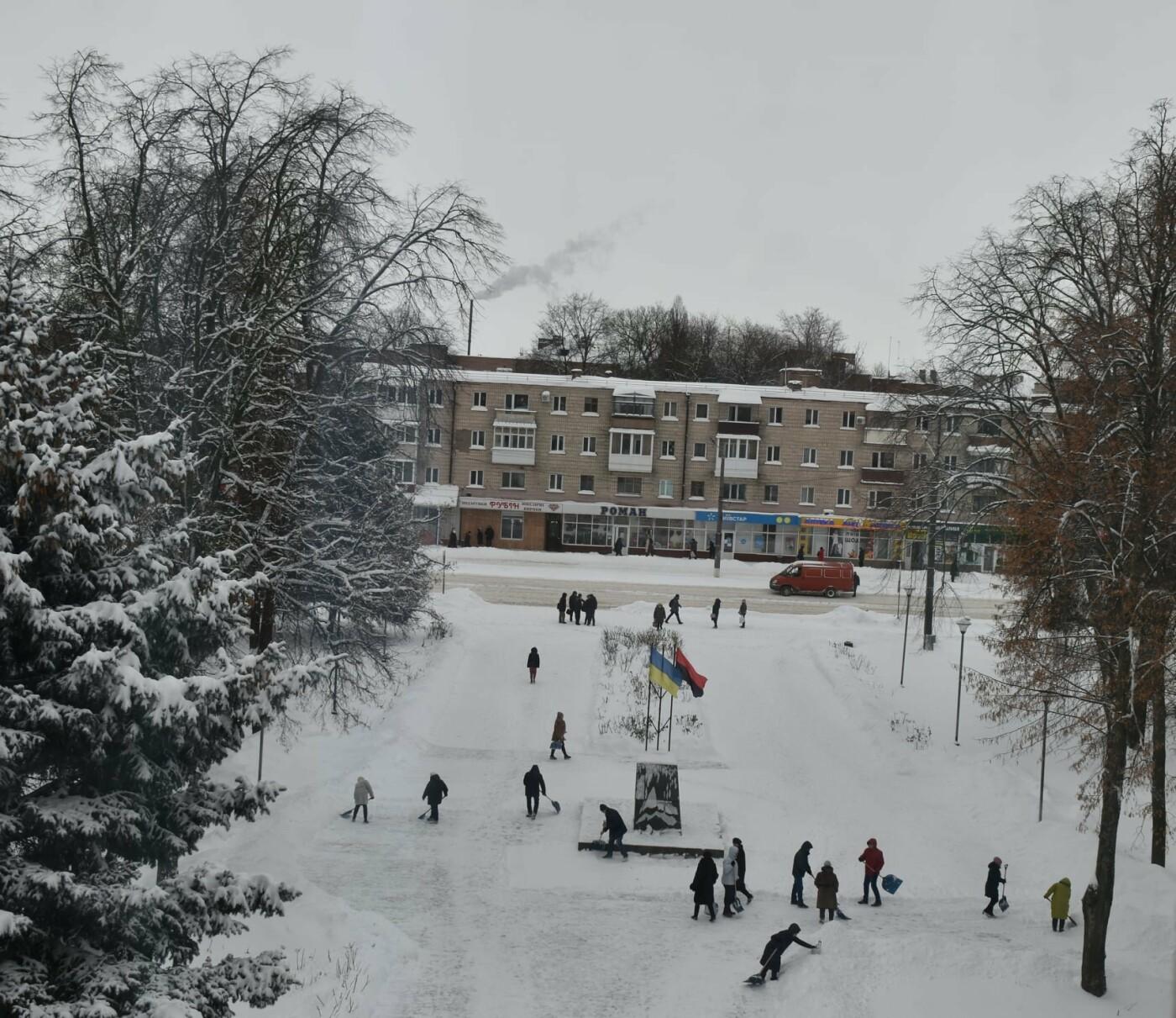 Працівники Конотопської міськради долучились до прибирання снігу, фото-4