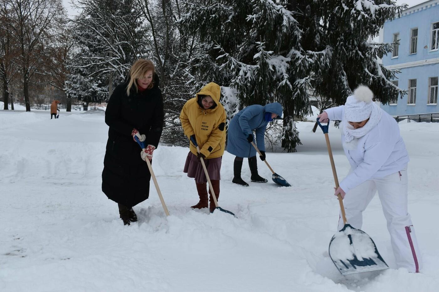 Працівники Конотопської міськради долучились до прибирання снігу, фото-5