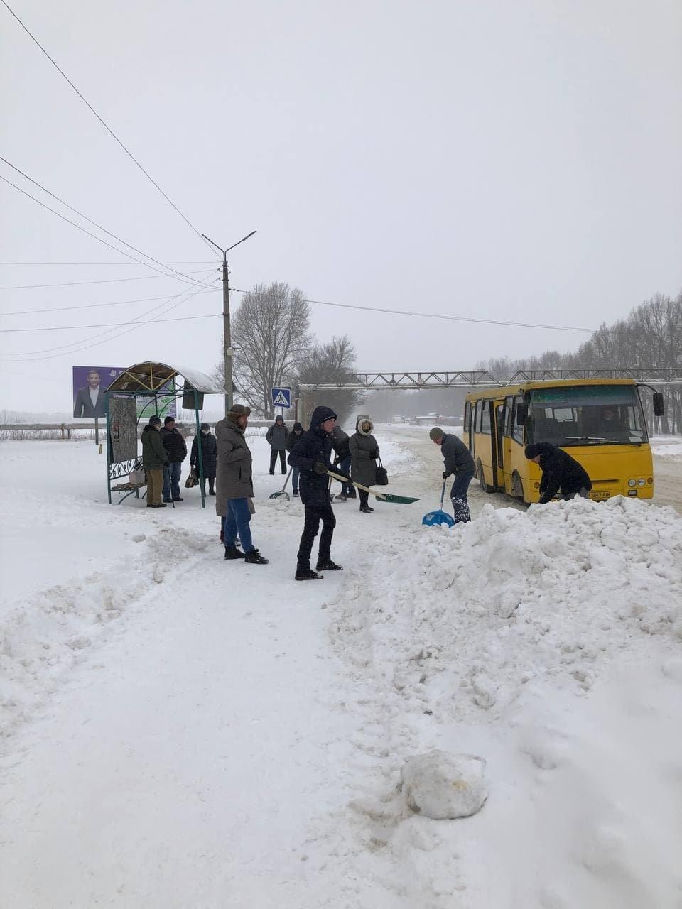 Конотопські свободівці розчищають зупинки від снігу+ФОТО , фото-1