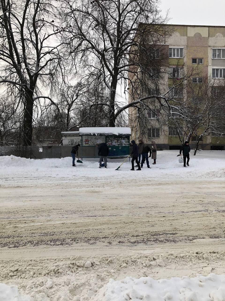 Конотопські свободівці розчищають зупинки від снігу+ФОТО , фото-2