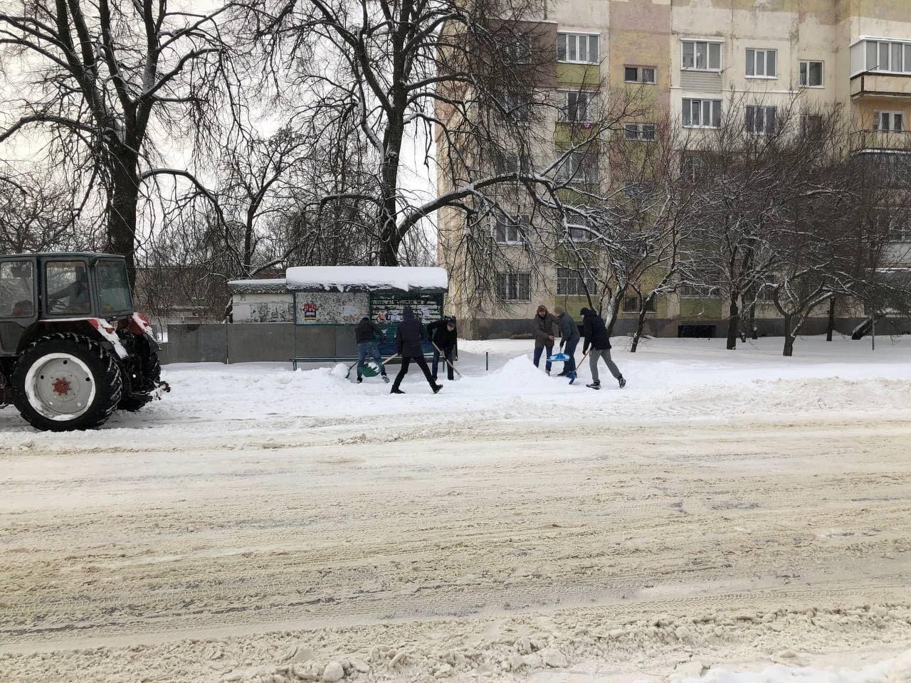 Конотопські свободівці розчищають зупинки від снігу+ФОТО , фото-3