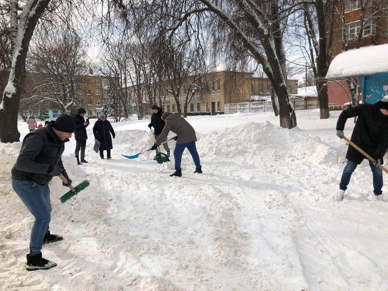 Конотопські свободівці розчищають зупинки від снігу+ФОТО , фото-4
