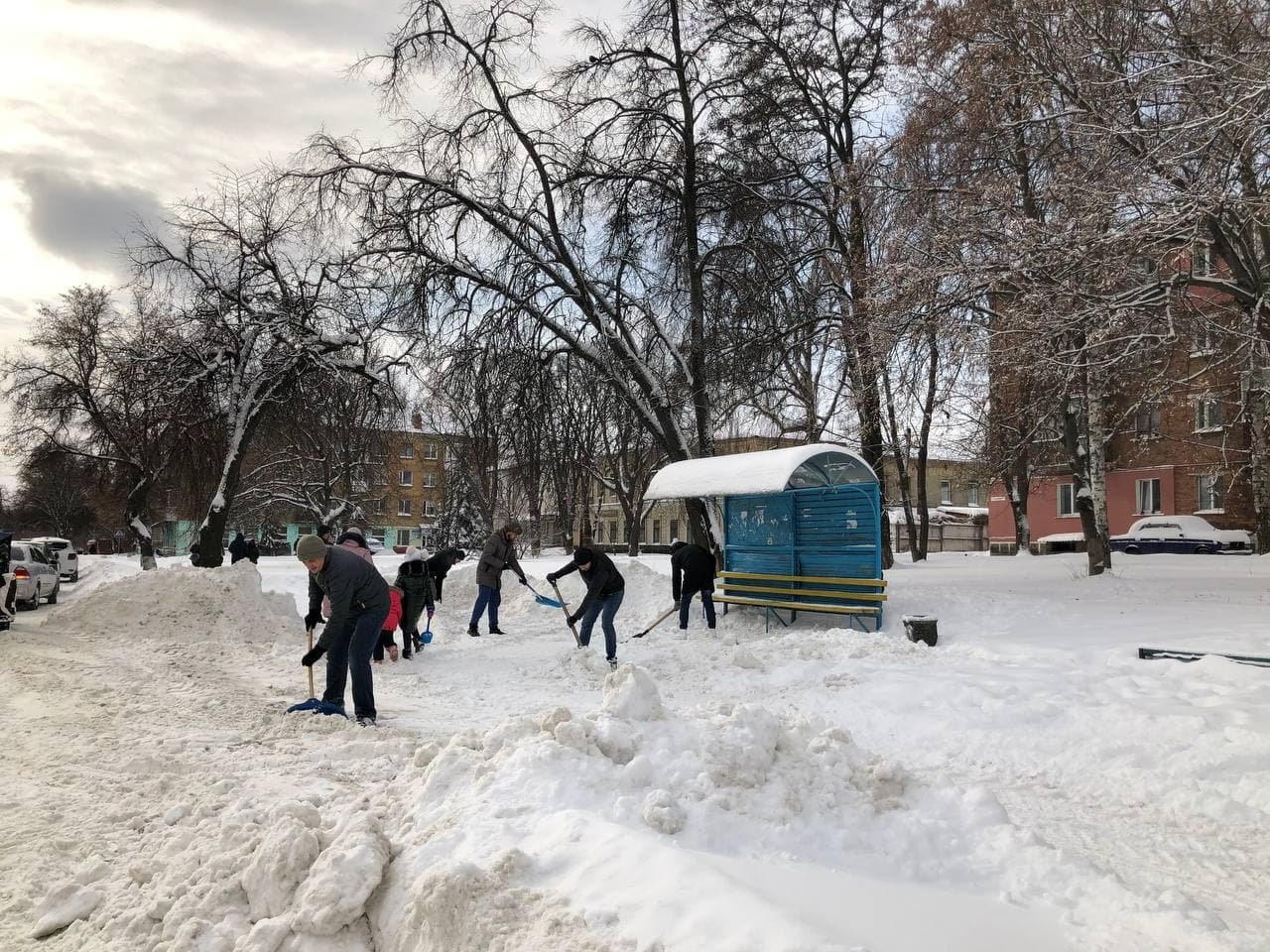 Конотопські свободівці розчищають зупинки від снігу+ФОТО , фото-5