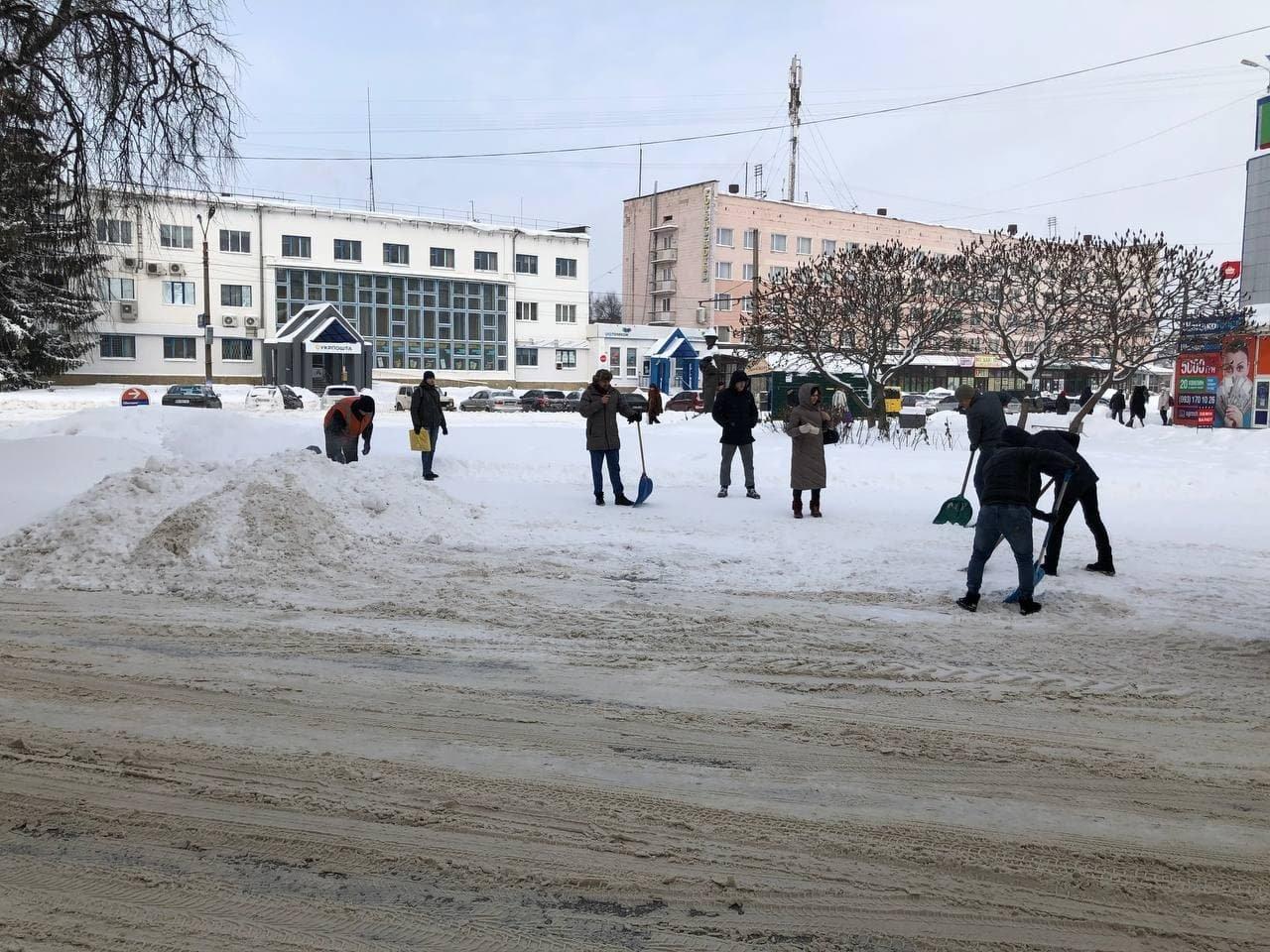 Конотопські свободівці розчищають зупинки від снігу+ФОТО , фото-6