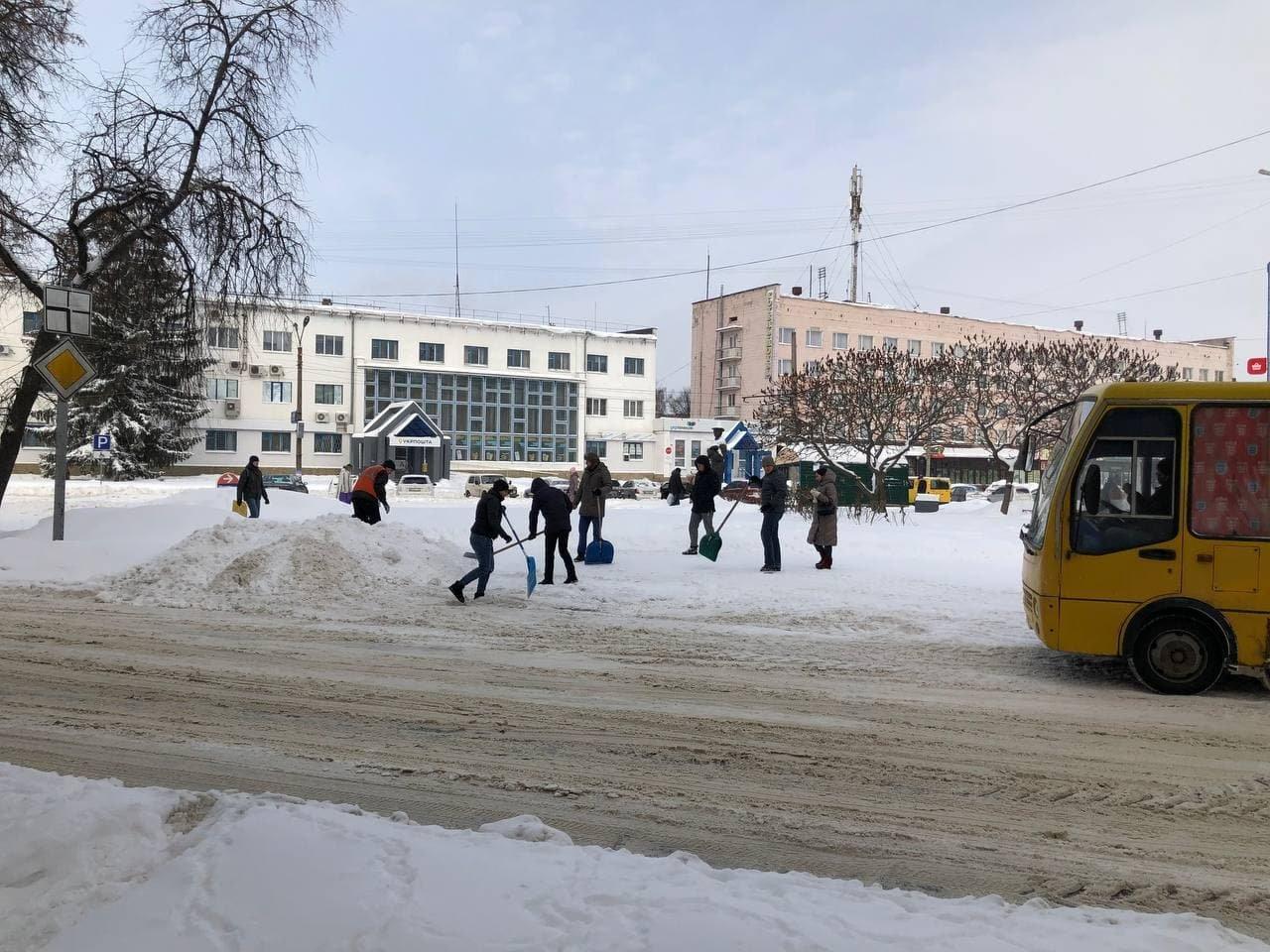 Конотопські свободівці розчищають зупинки від снігу+ФОТО , фото-7