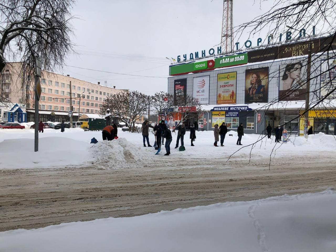Конотопські свободівці розчищають зупинки від снігу+ФОТО , фото-8