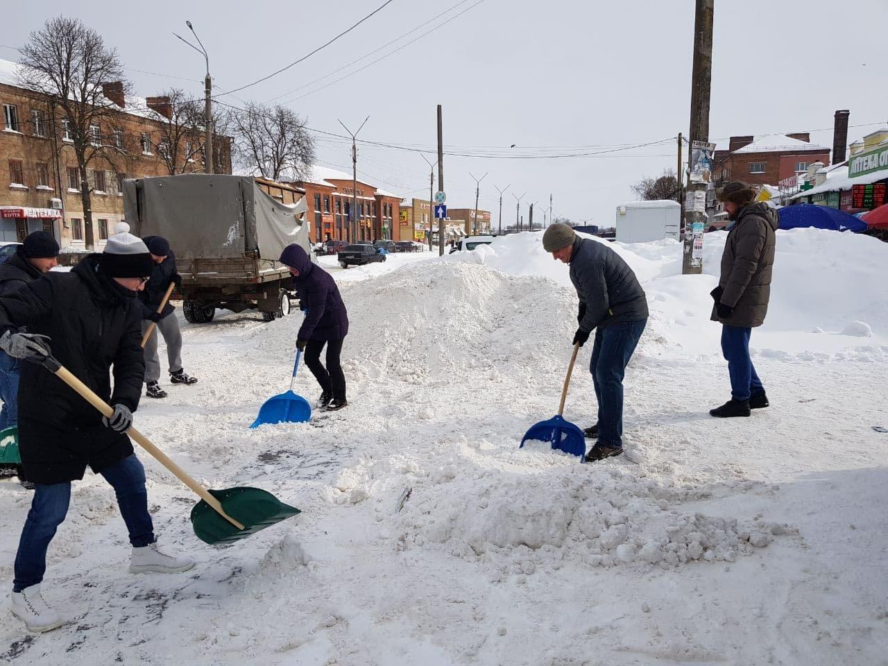 Конотопські свободівці розчищають зупинки від снігу+ФОТО , фото-9