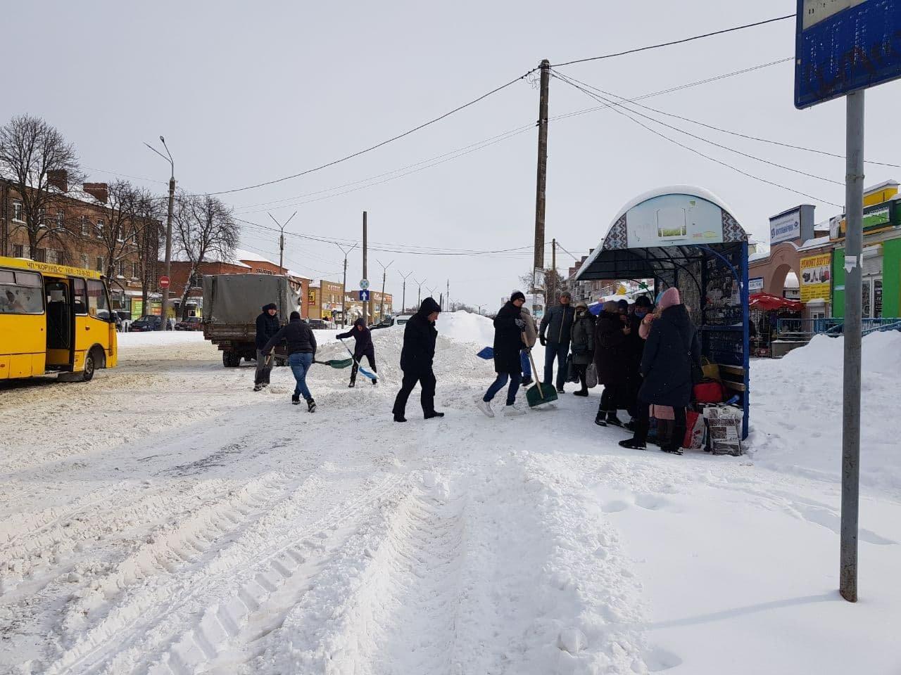Конотопські свободівці розчищають зупинки від снігу+ФОТО , фото-10