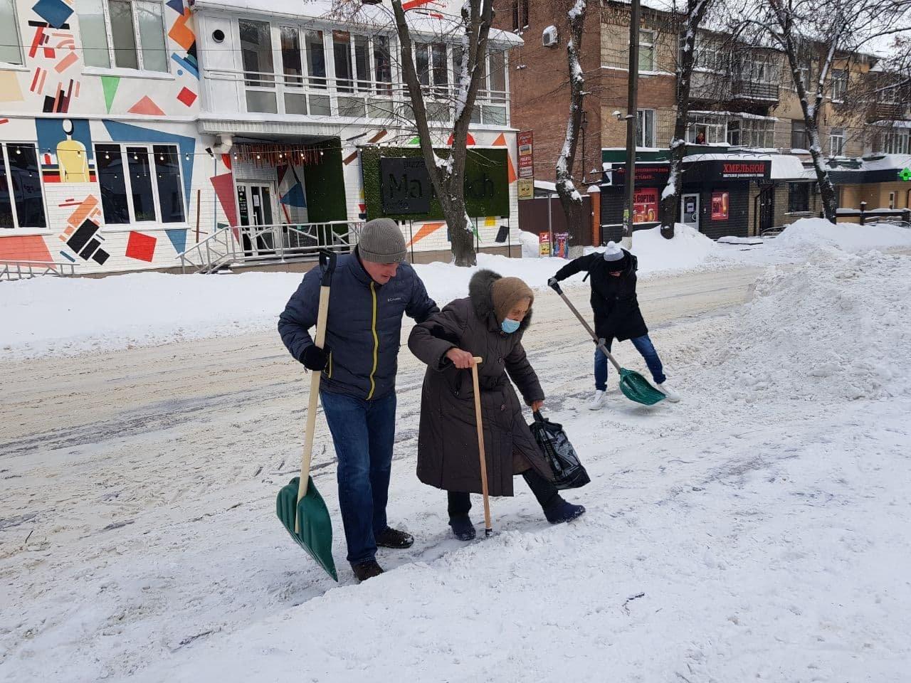 Конотопські свободівці розчищають зупинки від снігу+ФОТО , фото-12
