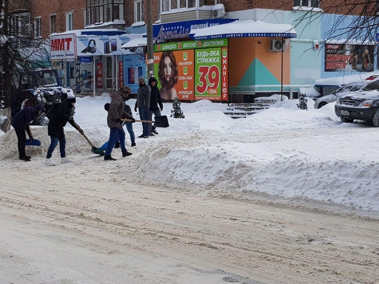 Конотопські свободівці розчищають зупинки від снігу+ФОТО , фото-13